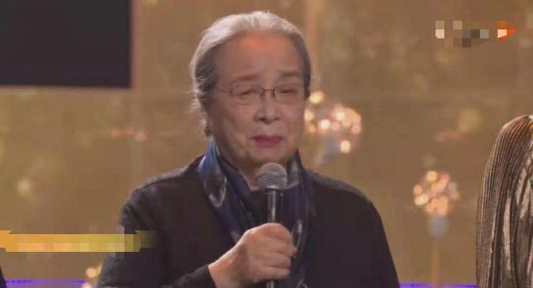 """84岁高龄""""容嬷嬷""""李明启坐公交,一脸疲惫无人让座,让人心疼"""