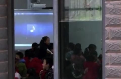 """小学生上课讲话不认错:""""全班同学遭罚"""",为何连坐惩罚要不得?"""