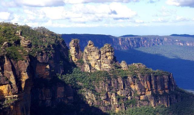 澳大利亚最高的山脉,因桉树油滴在空中折射出蓝色,因而得名蓝山
