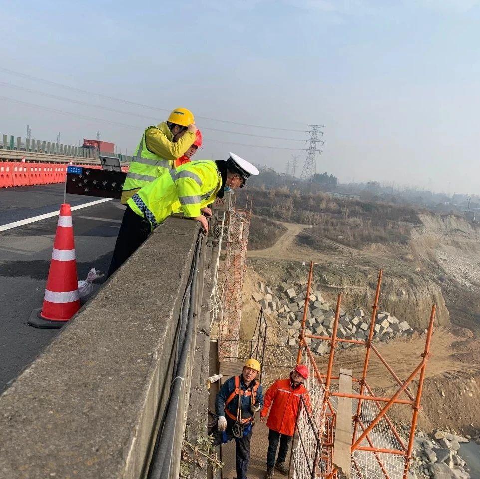 成绵复线高速石亭江大桥施工期间有管制