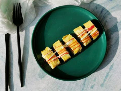 2个鸡蛋,一块黄油,平底锅版的厚蛋烧,简单好做,味道迷人