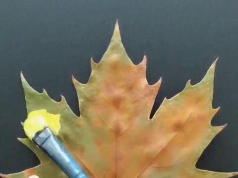 美术生出新作,树叶上画唯美星空,看到成画网友:跪着看完