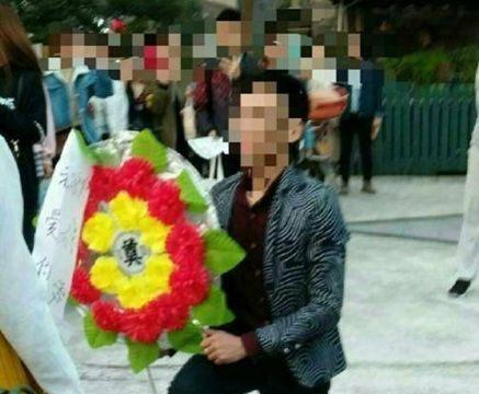 男子拿花圈求婚女大学生,女子一脸懵逼逗坏群众!