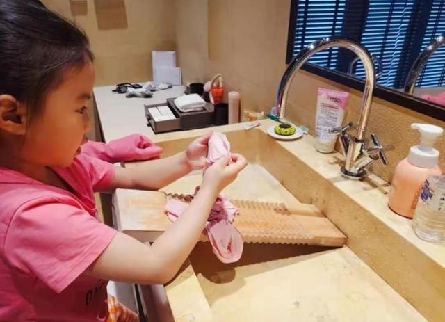 国乒大满贯得主分享家庭动态,一对儿女亲自动手帮忙做家务