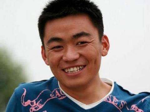 王宝强身价上亿,但是亲哥却在村头卖葱油饼?哥哥9字回答太扎心