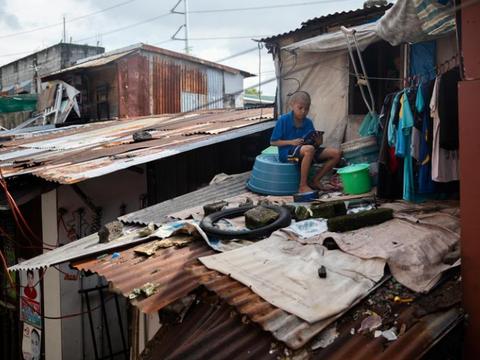 菲律宾马尼拉贫困地区的学生克服困难参加在线课程