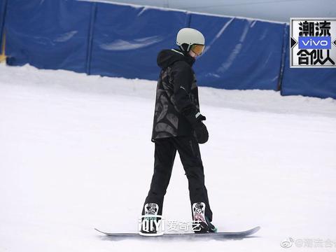 陈伟霆《潮流合伙人2》滑雪首秀 与合伙人们开关游戏玩不停
