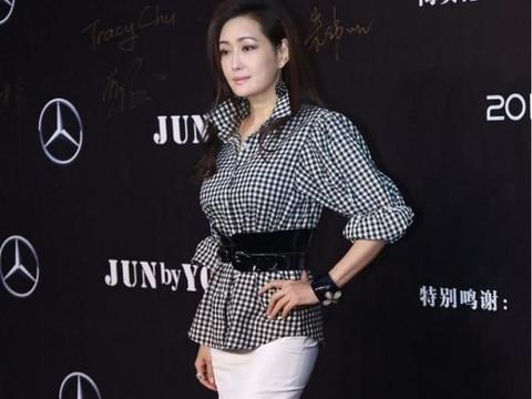 孟广美年纪越大韵味更足,穿格子衫也美得高贵,配包臀裙曲线迷人