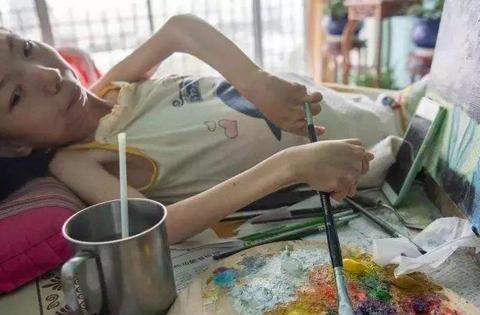 """""""病床上的女梵高""""张俊莉:6岁瘫痪卧床,画出了300多幅作品"""