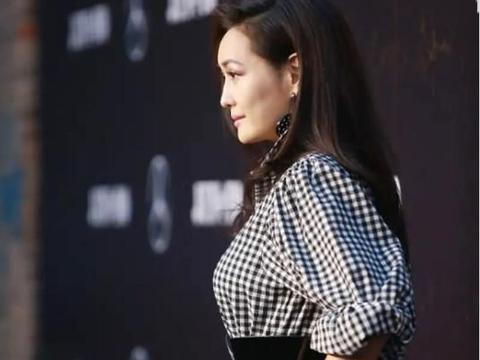"""""""台湾名模""""孟广美亮相 格纹衬衫穿出少女感 腰带勒出曲线身材"""