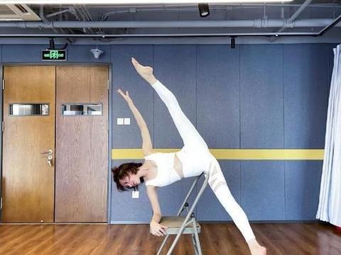45岁金巧巧柔韧度惊人,高难度劈腿毫无压力,紧身服勒出好身材