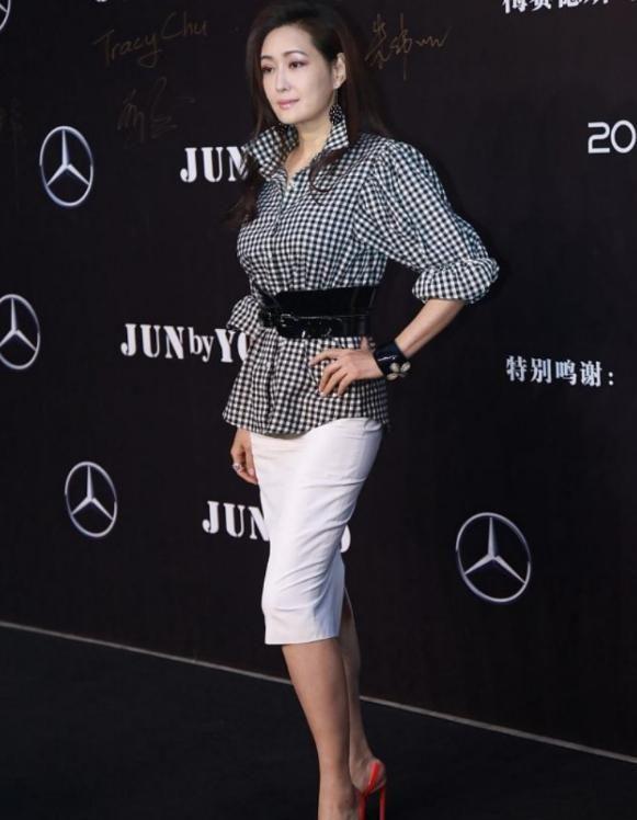 孟广美造型真优雅,简单格纹衬衫配修身裙勾勒曲线,真是有被美到