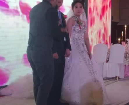 本是一场幸福的婚礼,但当镜头转到台下时,网友:扎心了