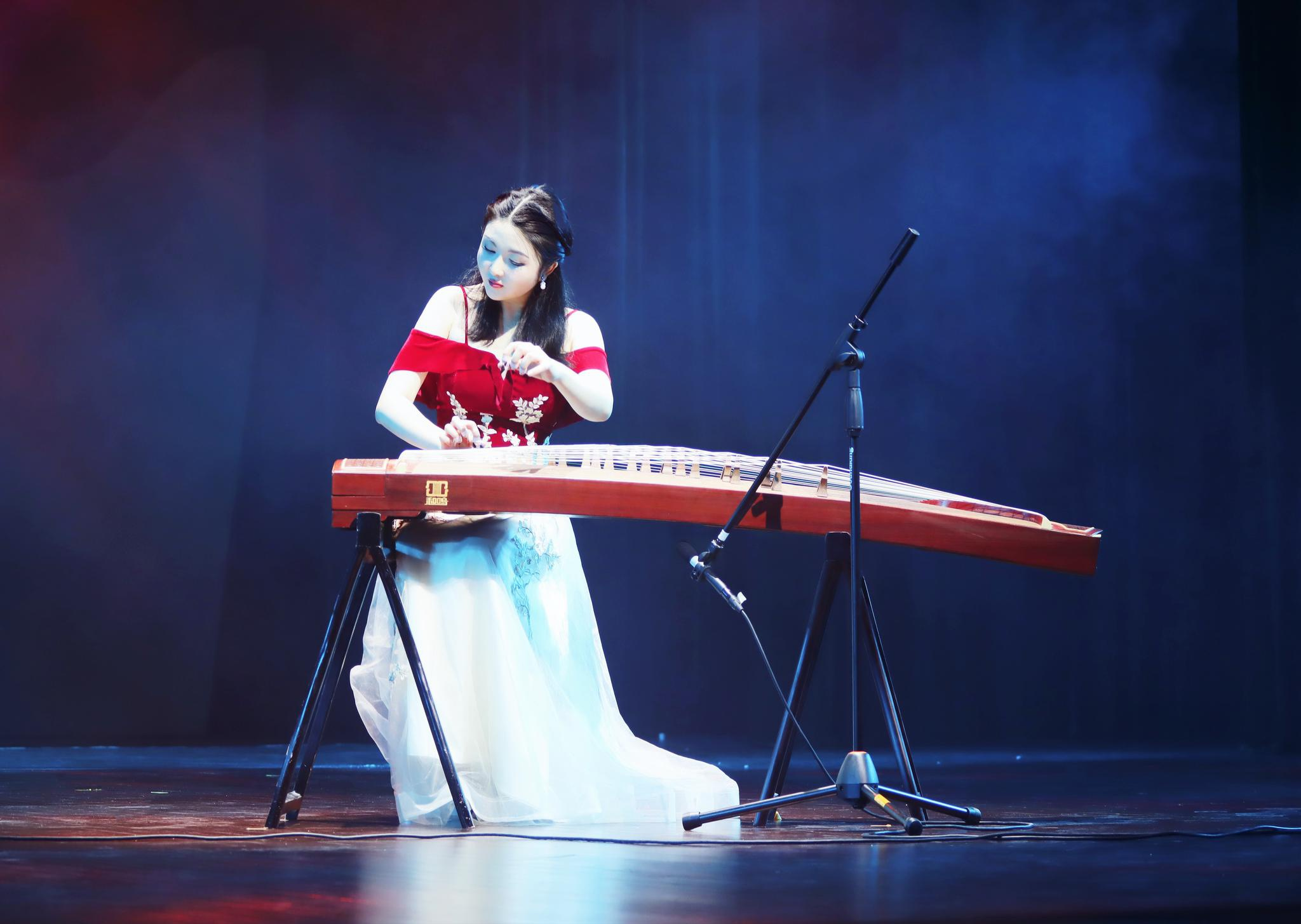 师生同台,青年古筝演奏家余梦琰领衔演绎《战台风》