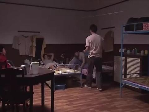 青春不言败:三个小伙让华盛去接洗脚水,还把水泼他床上