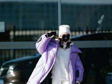 戚薇不走寻常路,紫色长款羽绒服配白卫衣套装,打破冬天沉闷感