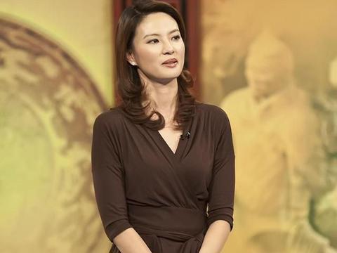 """""""央视三姐""""刘芳菲,不仅气质佳还很会穿,40+女人真得多学学"""