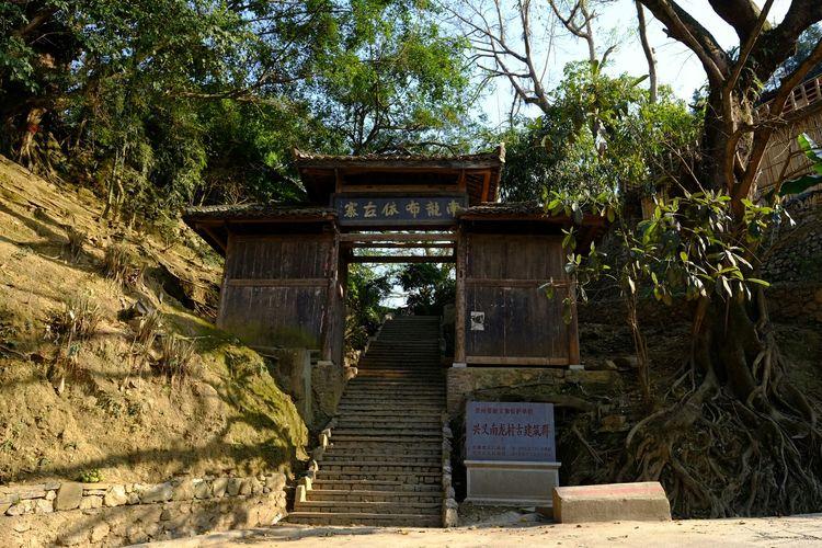 贵州兴义古寨子,古榕树吊脚楼都是民族特色,炊烟袅袅好有烟火气