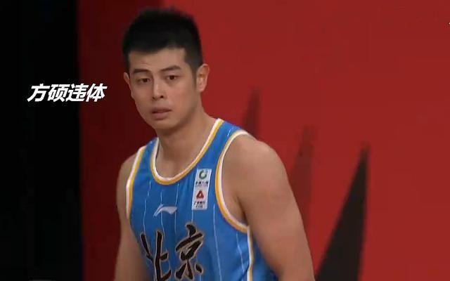 杨金蒙肘击刘晓宇没判违体,翟晓川还和他发生口角,王骁辉0犯规