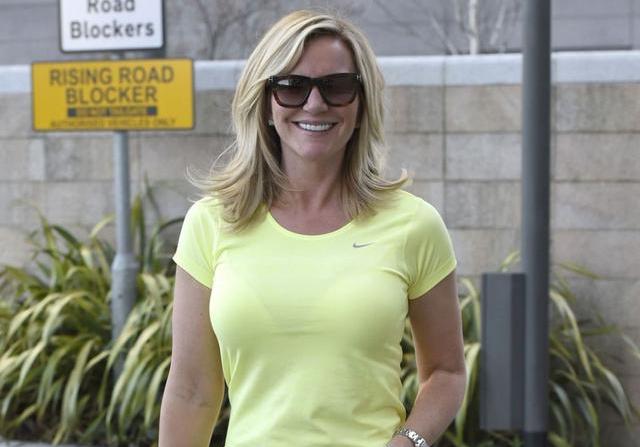 女星米歇尔穿T恤配紧身裤出街,网友:她的身材真完美!