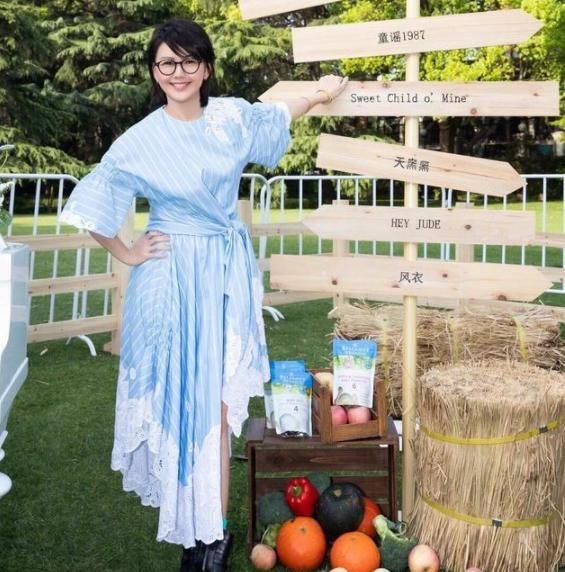 孙燕姿少女感太足了,穿蓝色条纹衬衫裙凹造型,显得更加清新年轻