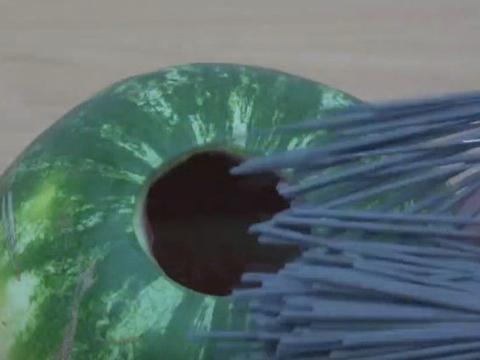 男子将1千根烟花插在西瓜上点燃,浇灌汽油后奇迹出现了