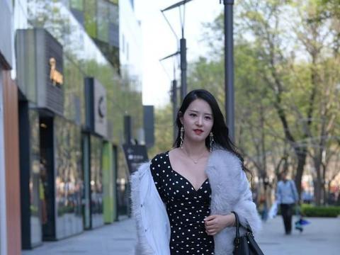 米白色短款花边针织衫搭配黑色高腰直筒裙,洋气减龄,显高又显瘦