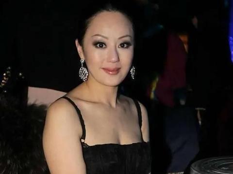 章小蕙中年胖是的,蕾丝裙很难掩盖丰满的感觉,性感又优雅