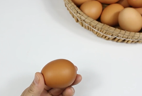鸡蛋也有生产日期,教你用手电筒看出鸡蛋日期,包你挑到新鲜鸡蛋