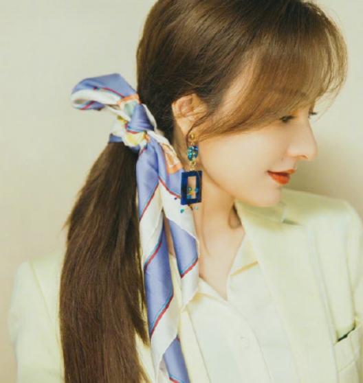 37岁的吴昕鹅黄西装+蓝白拼接丝巾发带,越发美丽