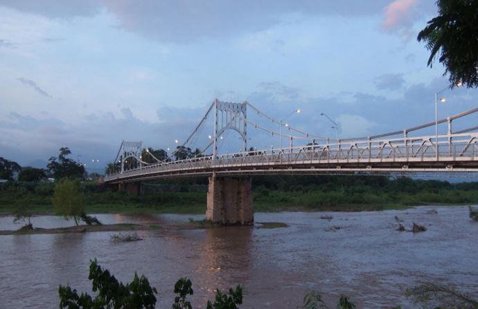 无比崩溃:洪都拉斯造了一座桥,飓风过后,桥还在,河跑了