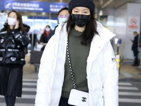 高露身穿白色羽绒服走机场,保暖又不乏精致感,这才是冬季穿搭