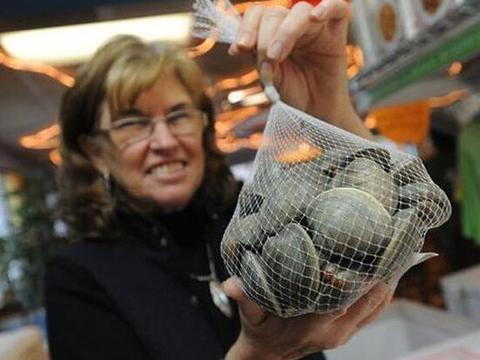 女子喝牡蛎汤发现一块奇怪的石头,这下发财了!
