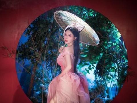 中央戏剧学院校花,有着63-97-100的完美身材,令无数女生羡慕