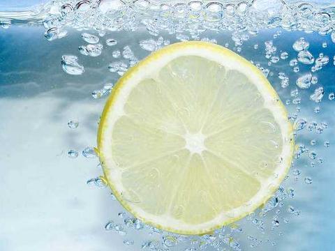 嗓子干咳别急着吃药,每天来杯柠檬水!