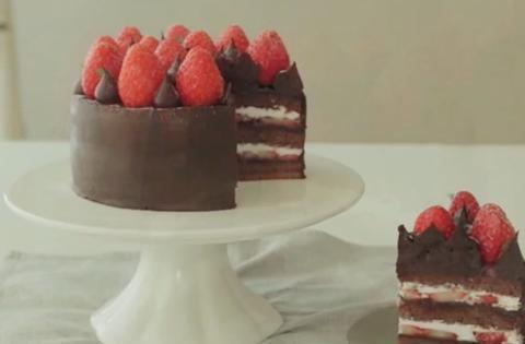 草莓甘纳许蛋糕,细腻甘纳许包裹鲜嫩草莓,入口甜而不腻
