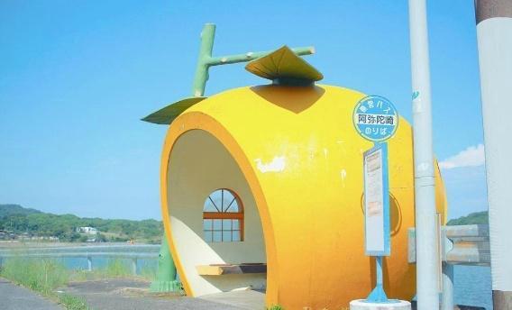 日本长崎水果巴士站 这么可爱的巴士站才可以考虑多等一下……