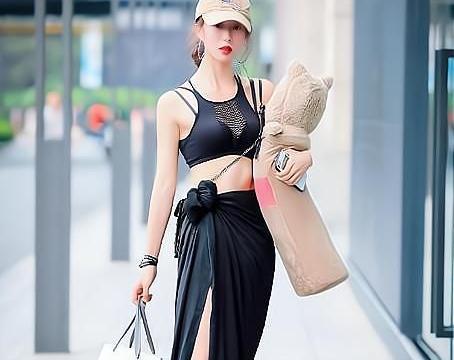 吊带短衫与开叉裙的搭配,怎么看怎么好看,就是鞋子有点尴尬