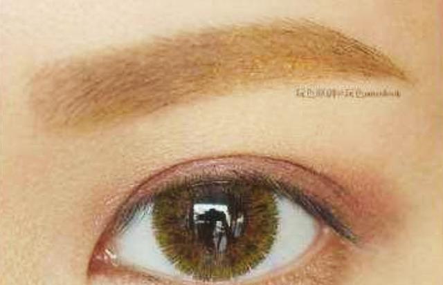 孙俪的眼睛很好,虽然眼睛很大,但眼影更是五彩缤纷