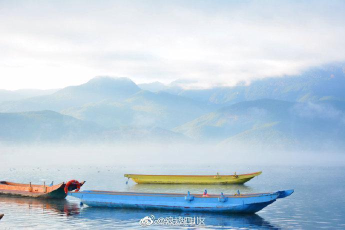 在泸沽湖畔醒过来 误入世外桃源深处 图:一半一半