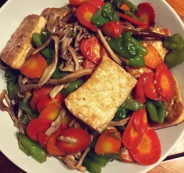 手撕扁豆,红烧蹄筋,茶树菇烧豆腐的做法