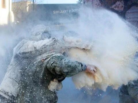 西班牙奇葩面粉狂欢节:戴防毒面具当街疯狂互扔鸡蛋撒面粉