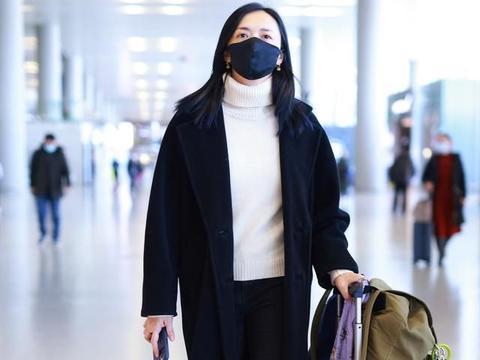 """姚晨没啥明星架子,机场自己拖行李不算,穿搭也是极简""""黑白配"""""""