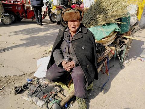 农村八十岁的老大爷卖的竹编,有一种奇怪的小鱼笼,你见过吗?