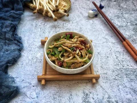 手撕茶树菇炒肉,肉丝鲜美,茶树菇干香,在挑食孩子也爱