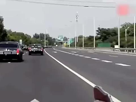 行车记录仪:高速偶遇百辆红旗L5车队,竟没有一辆车敢超车