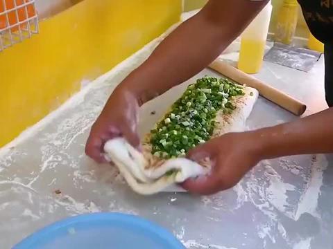 葱油饼,这个葱分量够不够?