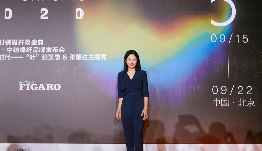 杨童舒美出新高度,穿一件蓝色连体裤亮相高级优雅,女神范十足