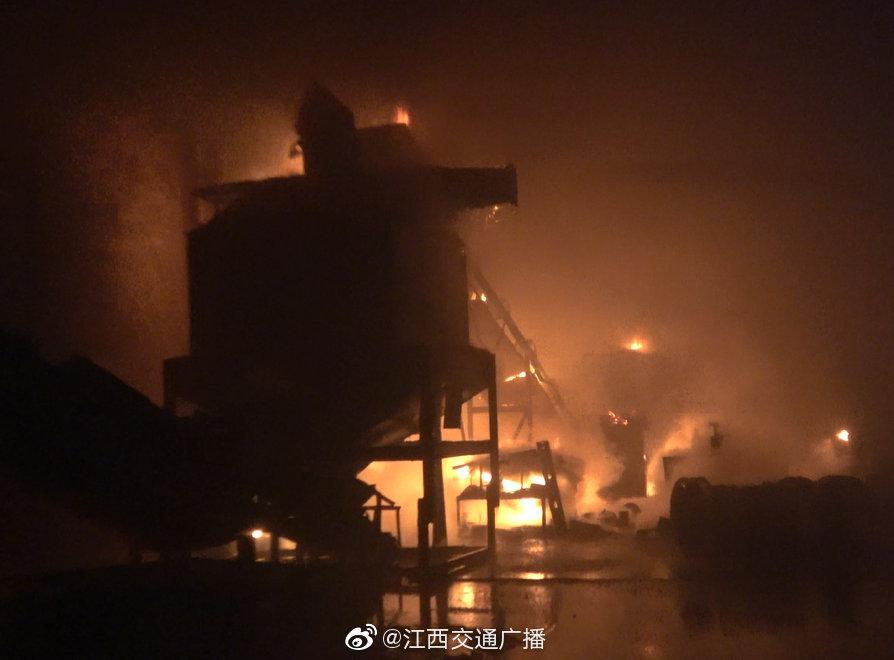 九江:木屑厂深夜突发大火 疑因配电箱老化引起