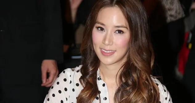 """38岁的徐子淇真""""敢""""穿,波点上衣搭配半身裙,美出了新高度"""